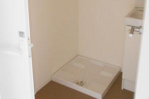社員寮個室室内にある洗濯機置き場